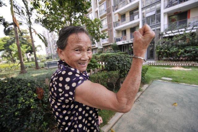 عجوز صينية تمارس تمارين الضغط 100 مرة في 5 دقائق