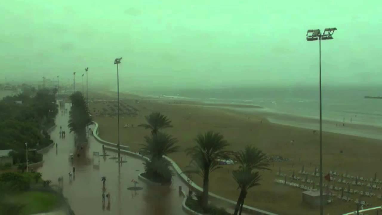 شاطئ أكادير تحت أمطار صيفية