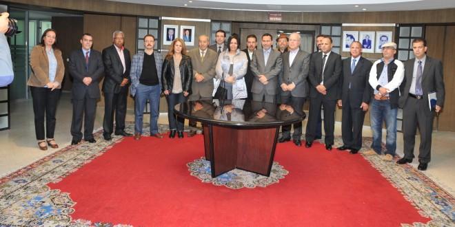 مصطفى الخلفي يتوسط أعضاء لجنة تحكيم الجائزة الوطنية للصحافة المغربية بعد تنصيبها