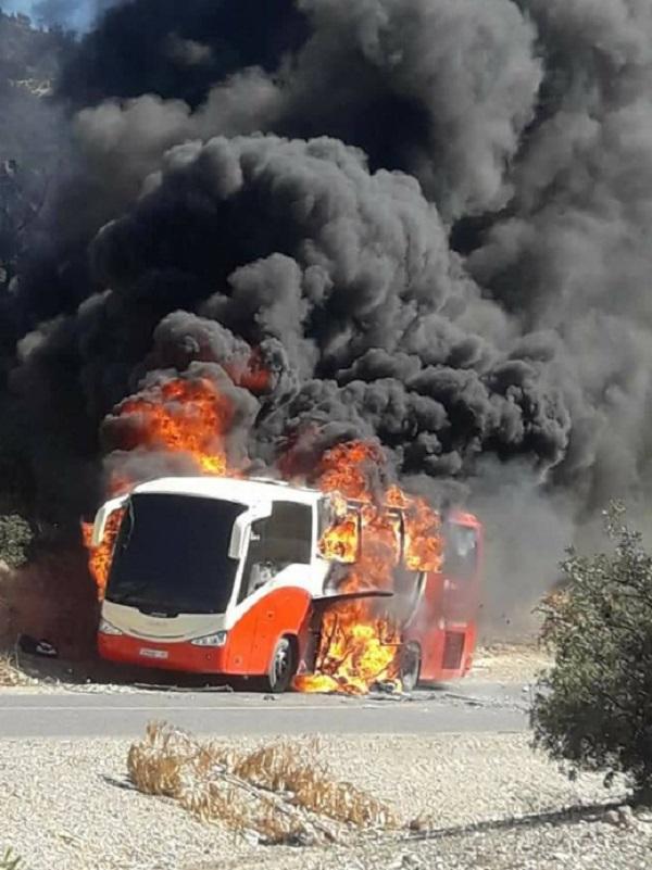 نجاة مسافرين من الموت بعد اندلاع حريق بحافلة